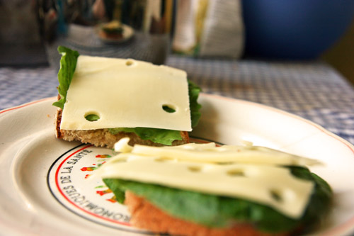 Bedstemors Boghvede Brød serveret med Ost og Salat