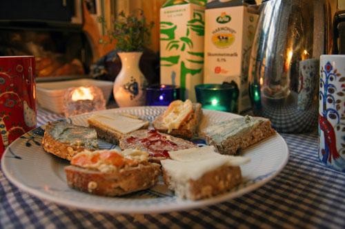 Havrebrød til morgenmad, med kardemommekaffe