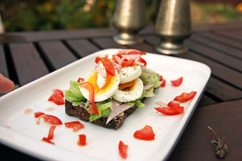 Natbrød med smilende æg, tomater, mayo og god skinke