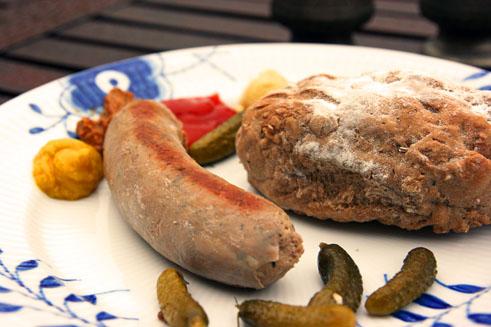 Ølbrød serveret med en god hjemmelavet krydderpølse og lidt surt, stærkt og sødt