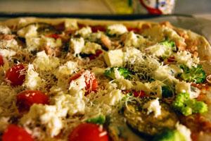 Pizza med brocolli, aubergine og mozarella
