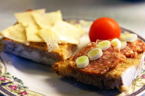 Ristet daggammelt brød med lagret havarti og krydderpølse