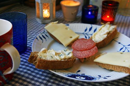 Malt og enkronsbrød serveret med lidt god lagret ost og lidt stærk spegepølse