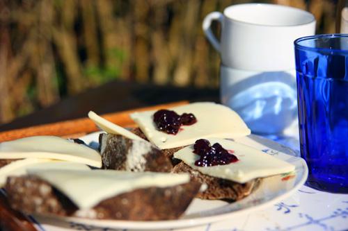 Simpelt Maltbrød med god lagret ost og svensk hjemmelavet skovbær syltetøj