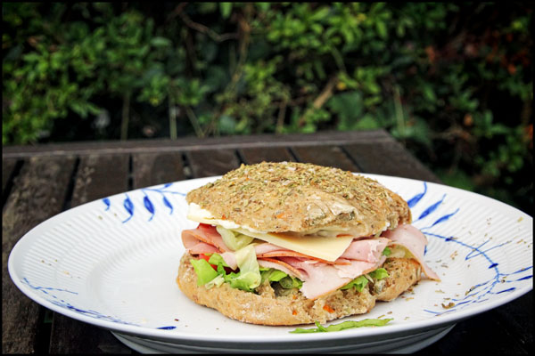 Sandwich med porchetta, ost og salat